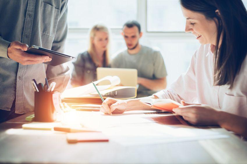 Jobbörsen - die Stellenanzeige fidnen, die zum Erfolg führt. Team bei der Arbeit.